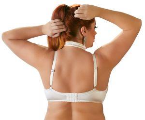 Das Bild zeigt eine Frau im Bondage BH in der Farbe weiß von hinten.